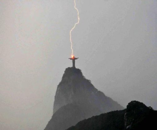 Raio Atinge or Christ Redeemor is hit by lightning in a storm over Rio De Janero on 10th February 2008. Newscom/Photoshot. All Rights Reserved.